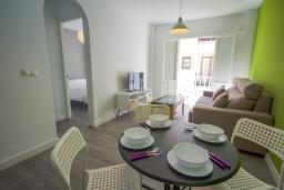 Обеденная зона. Испания, Нерха : Уютная квартира с балконом в городе Нерха неподалеку от пляжа Балкон-де-Европа, 1 спальня, 1 ванная комната, бесплатный Wi-Fi.