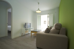 Гостиная / Столовая. Испания, Нерха : Уютная квартира с балконом в городе Нерха неподалеку от пляжа Балкон-де-Европа, 1 спальня, 1 ванная комната, бесплатный Wi-Fi.