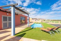Терраса. Испания, Фуэртевентура : Одноэтажная вилла с частным бассейном c подогревом и обеденной зоной на открытом воздухе, с 3 спальнями и 3 ванными комнатами и с видом на море.