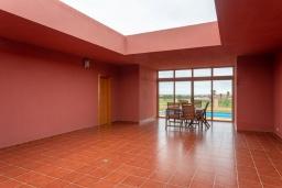 Патио. Испания, Фуэртевентура : Одноэтажная вилла с частным бассейном c подогревом и обеденной зоной на открытом воздухе, с 3 спальнями и 3 ванными комнатами и с видом на море.