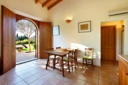 Обеденная зона. Испания, Эс-Лломбардс : Живописная одноэтажная вилла, с 1 спальней, 1 ванной комнатой и собственным бассейном.