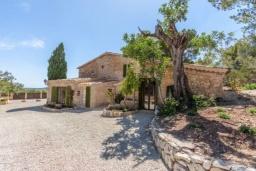 Вид на виллу/дом снаружи. Испания, Кальвия : Живописная вила с красивым садом, интерьер обставлен в традиционном испанском стиле, вилла с 4 спальнями, 5 ванными комнатами и собственным бассейном.