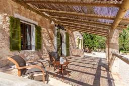 Терраса. Испания, Кальвия : Живописная вила с красивым садом, интерьер обставлен в традиционном испанском стиле, вилла с 4 спальнями, 5 ванными комнатами и собственным бассейном.