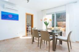 Обеденная зона. Испания, Алькудия : Свежая недавно построенная вилла, с современным интерьером, с 3 спальнями, 2 ванными комнатами и собственным бассейном.