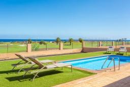 Вид на море. Испания, Фуэртевентура : Одноэтажная вилла с частным бассейном и обеденной зоной на открытом воздухе, с 3 спальнями, 3 ванными комнатами и видом на море.