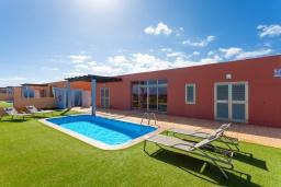 Вид на виллу/дом снаружи. Испания, Фуэртевентура : Одноэтажная вилла с частным бассейном и обеденной зоной на открытом воздухе, с 3 спальнями, 3 ванными комнатами и видом на море.