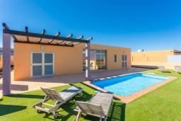 Вид на виллу/дом снаружи. Испания, Фуэртевентура : Современная одноэтажная вилла с частным бассейном и обеденной зоной на открытом воздухе, с 3 спальнями, 3 ванными комнатами и видом на море и поле для гольфа.