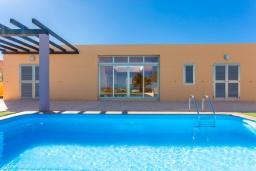 Бассейн. Испания, Фуэртевентура : Современная одноэтажная вилла с частным бассейном и обеденной зоной на открытом воздухе, с 3 спальнями, 3 ванными комнатами и видом на море и поле для гольфа.