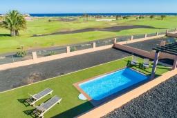 Вид на море. Испания, Фуэртевентура : Современная одноэтажная вилла с частным бассейном и обеденной зоной на открытом воздухе, с 3 спальнями, 3 ванными комнатами и видом на море и поле для гольфа.