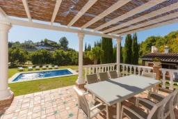 Терраса. Испания, Фрихильяна : Прекрасная двухэтажная вилла с великолепным внутренним и внешним пространством, с 4 спальнями, 2 ванными комнатами, частным бассейном и видом на море.