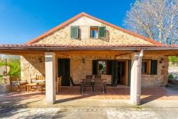 Терраса. Испания, Алькудия : Красивая вилла с роскошным частным бассейном, с 3 спальнями и 3 ванными комнатами.