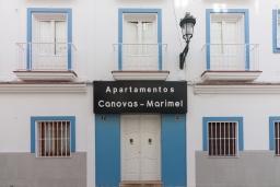 Фасад дома. Испания, Нерха : Апартаменты для 5 человек с двумя спальнями и гостиной в городе Нерха неподалеку от песчаного пляжа Балкон-де-Европа, природного заповедника Маро-Серро-Гордо и аквапарка Aquavelix, 1 ванная комната, бесплатный Wi-Fi.