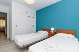 Спальня. Испания, Нерха : Апартаменты для 5 человек с двумя спальнями и гостиной в городе Нерха неподалеку от песчаного пляжа Балкон-де-Европа, природного заповедника Маро-Серро-Гордо и аквапарка Aquavelix, 1 ванная комната, бесплатный Wi-Fi.