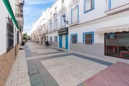 Вход. Испания, Нерха : Апартаменты для 5 человек с двумя спальнями и гостиной в городе Нерха неподалеку от песчаного пляжа Балкон-де-Европа, природного заповедника Маро-Серро-Гордо и аквапарка Aquavelix, 1 ванная комната, бесплатный Wi-Fi.