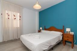Спальня 2. Испания, Нерха : Апартаменты для 5 человек с двумя спальнями и гостиной в городе Нерха неподалеку от песчаного пляжа Балкон-де-Европа, природного заповедника Маро-Серро-Гордо и аквапарка Aquavelix, 1 ванная комната, бесплатный Wi-Fi.