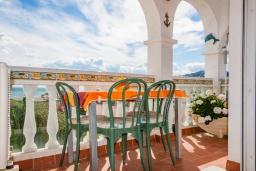 Терраса. Испания, Нерха : Чудесные апартаменты с захватывающим видом на море в 15 минутах ходьбы от старого города Нерха с открытым бассейном, окруженным экзотическими садами, 1 спальня, 1 ванная комната, бесплатный Wi-Fi.