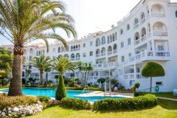 Вид на виллу/дом снаружи. Испания, Нерха : Чудесные апартаменты с захватывающим видом на море в 15 минутах ходьбы от старого города Нерха с открытым бассейном, окруженным экзотическими садами, 1 спальня, 1 ванная комната, бесплатный Wi-Fi.