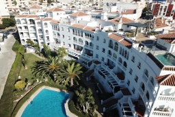 Вид на виллу/дом снаружи. Испания, Нерха : Замечательная квартира с видом на море в 15 минутах ходьбы от города Нерха с общим и детским бассейном, балконом и садом, 1 спальня, 1 ванная комната, бесплатный Wi-Fi.