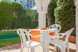 Терраса. Испания, Нерха : Превосходные апартаменты с кондиционером, бесплатным Wi-Fi и шикарным видом на зеленый сад недалеко от пляжей Эль-Плайясо и Плайя-де-Вильчеза, 1 спальня, 1 ванная комната, гостиная.