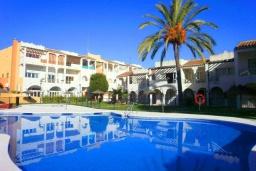Бассейн. Испания, Нерха : Превосходные апартаменты с кондиционером, бесплатным Wi-Fi и шикарным видом на зеленый сад недалеко от пляжей Эль-Плайясо и Плайя-де-Вильчеза, 1 спальня, 1 ванная комната, гостиная.