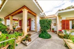 Вид на виллу/дом снаружи. Испания, Алькудия : Очаровательная озеленена вилла с современным интерьером, с 4 спальнями и 3 ванными комнатами.