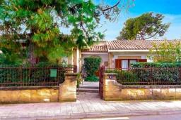 Вход. Испания, Алькудия : Очаровательная озеленена вилла с современным интерьером, с 4 спальнями и 3 ванными комнатами.