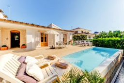 Вид на виллу/дом снаружи. Испания, Кан-Пикафорт : Прекрасная вилла с красивым камином в гостиной, с 4 спальнями, 2 ванными комнатами и собственным бассейном и находится в нескольких минутах ходьбы от пляжа и ресторанов.
