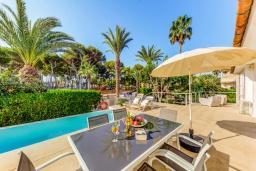 Зона отдыха у бассейна. Испания, Кан-Пикафорт : Прекрасная вилла с красивым камином в гостиной, с 4 спальнями, 2 ванными комнатами и собственным бассейном и находится в нескольких минутах ходьбы от пляжа и ресторанов.