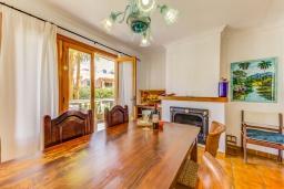 Обеденная зона. Испания, Кан-Пикафорт : Прекрасная вилла с красивым камином в гостиной, с 4 спальнями, 2 ванными комнатами и собственным бассейном и находится в нескольких минутах ходьбы от пляжа и ресторанов.