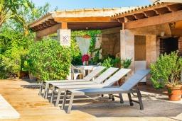 Зона отдыха у бассейна. Испания, Феланикс : Очаровательная вилла с интерьером в традиционном стиле, с 3 спальнями, 3 ванными комнатами и собственным бассейном.