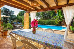 Терраса. Испания, Феланикс : Очаровательная вилла с интерьером в традиционном стиле, с 3 спальнями, 3 ванными комнатами и собственным бассейном.