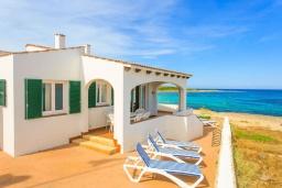 Вид на виллу/дом снаружи. Испания, Менорка : Потрясающая вилла расположенная на берегу моря, с 3 спальнями и 2 ванными комнатами.