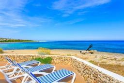 Вид на море. Испания, Менорка : Потрясающая вилла расположенная на берегу моря, с 3 спальнями и 2 ванными комнатами.
