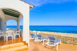 Терраса. Испания, Менорка : Потрясающая вилла расположенная на берегу моря, с 3 спальнями и 2 ванными комнатами.