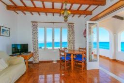 Гостиная / Столовая. Испания, Менорка : Потрясающая вилла расположенная на берегу моря, с 3 спальнями и 2 ванными комнатами.