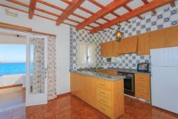 Кухня. Испания, Менорка : Потрясающая вилла расположенная на берегу моря, с 3 спальнями и 2 ванными комнатами.