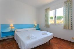Спальня. Испания, Менорка : Потрясающая вилла расположенная на берегу моря, с 3 спальнями и 2 ванными комнатами.