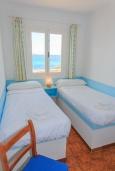 Спальня 2. Испания, Менорка : Потрясающая вилла расположенная на берегу моря, с 3 спальнями и 2 ванными комнатами.