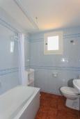Ванная комната. Испания, Менорка : Потрясающая вилла расположенная на берегу моря, с 3 спальнями и 2 ванными комнатами.