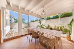 Обеденная зона. Испания, Порт-де-Польенса : Очаровательная вилла со светлым интерьером, зимним садом с обеденной зоной, частным бассейном, 3 спальнями и 2 ванными комнатами.