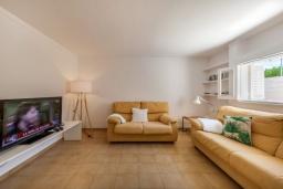 Гостиная / Столовая. Испания, Порт-де-Польенса : Очаровательная вилла со светлым интерьером, зимним садом с обеденной зоной, частным бассейном, 3 спальнями и 2 ванными комнатами.