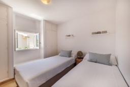 Спальня. Испания, Порт-де-Польенса : Очаровательная вилла со светлым интерьером, зимним садом с обеденной зоной, частным бассейном, 3 спальнями и 2 ванными комнатами.