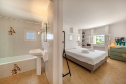Ванная комната. Испания, Порт-де-Польенса : Очаровательная вилла со светлым интерьером, зимним садом с обеденной зоной, частным бассейном, 3 спальнями и 2 ванными комнатами.