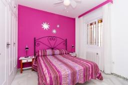 Спальня. Испания, Нерха : Очаровательная квартира недалеко от пляжей Эль-Плайясо и Плайя-де-Вильчеза, аквапарка AQUAVELIS VELEZ-MALAGA и поля для гольфа BAVARIA GOLF, 1 спальня, 1 ванная комната, мини-кухня, гостиная, Wi-Fi.