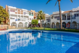 Бассейн. Испания, Нерха : Очаровательная квартира недалеко от пляжей Эль-Плайясо и Плайя-де-Вильчеза, аквапарка AQUAVELIS VELEZ-MALAGA и поля для гольфа BAVARIA GOLF, 1 спальня, 1 ванная комната, мини-кухня, гостиная, Wi-Fi.