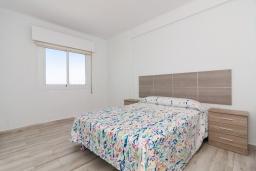 Спальня. Испания, Нерха : Апартаменты для 4 человек в здании Morasol в центре города Нерха, в 900 метрах от пляжа Бурриана, с террасой и общим бассейном, 2 спальни, 1 ванная комната, мини-кухня, гостиная.