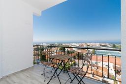 Терраса. Испания, Нерха : Апартаменты для 4 человек в здании Morasol в центре города Нерха, в 900 метрах от пляжа Бурриана, с террасой и общим бассейном, 2 спальни, 1 ванная комната, мини-кухня, гостиная.