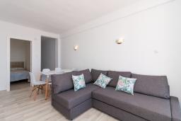 Гостиная / Столовая. Испания, Нерха : Апартаменты для 4 человек в здании Morasol в центре города Нерха, в 900 метрах от пляжа Бурриана, с террасой и общим бассейном, 2 спальни, 1 ванная комната, мини-кухня, гостиная.