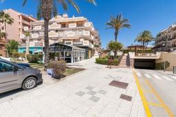 Фасад дома. Испания, Торрокс : Красивая квартира в 100 метрах от пляжа Penoncillo с террасой и общим бассейном с садом, 2 спальни, 2 ванные комнаты, гостиная, Wi-Fi.