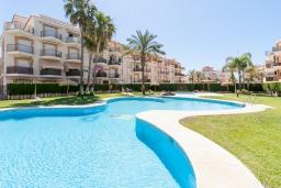 Бассейн. Испания, Торрокс : Красивая квартира в 100 метрах от пляжа Penoncillo с террасой и общим бассейном с садом, 2 спальни, 2 ванные комнаты, гостиная, Wi-Fi.